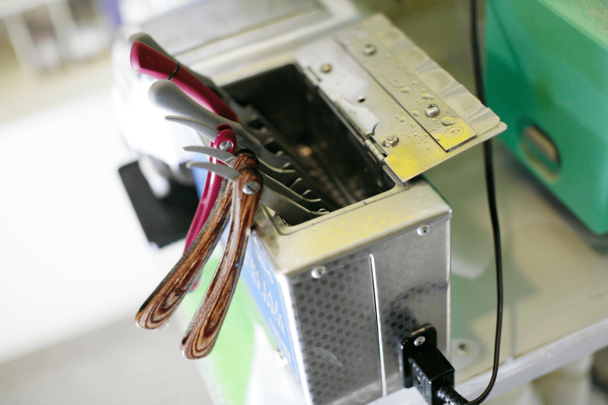 使用する器具は特殊な業務用煮沸消毒器にて完全滅菌消毒します。